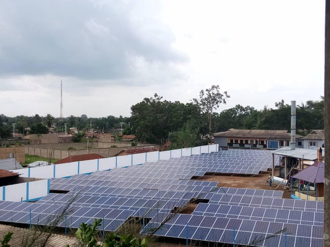 champ de panneaux solaire de 250kva